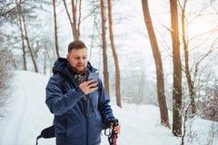有远足旅行生活方式冒险概念活跃假期的背包的人旅客室外 美好的横向 免版税库存照片