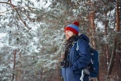 有远足旅行生活方式冒险概念活跃假期的背包的人旅客室外 美好的横向 库存照片