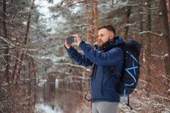有远足旅行生活方式冒险概念活跃假期的背包的人旅客室外 美好的横向 免版税图库摄影