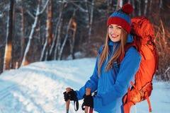 有远足旅行生活方式冒险概念活跃假期的背包的妇女旅客室外 美好的横向 免版税库存图片