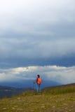 有远足的杆女性在喀尔巴阡山脉 免版税库存图片