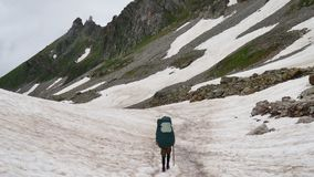 有远足的游人在Kavkaz地区挑运下来高斯诺伊山 影视素材