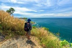 有远足的设备人走在Phromthep海角观点的在普吉岛 图库摄影