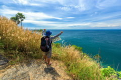 有远足的设备人走在Phromthep海角观点的在普吉岛 免版税库存照片