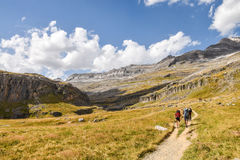 有远足者的山道路对此 库存图片