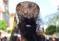 有连披肩之头纱的安达卢西亚的妇女和后面梳子,圣周在塞维利亚,安大路西亚,西班牙 图库摄影