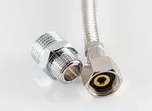 有连接器的有弹性金属纤维水管 免版税库存照片