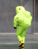有连衫裤的人在warfar的化学制品期间的生物危害品的 库存图片