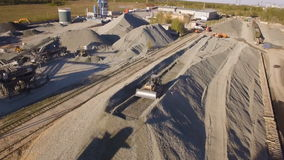 有连续挖掘机和推土机的沥青具体植物 鸟瞰图 影视素材