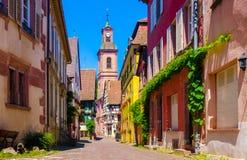 有迷人的房子的美丽如画的街道在Riquewihr 免版税库存图片