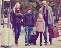 有追逐街道的两个孩子的父母 库存图片