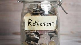 有退休标签的金钱瓶子 股票录像