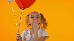 有送在照相机的气球的小蜂鸟女孩空气亲吻,第一种同情 股票视频