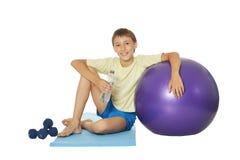 有适合球和哑铃的年轻男孩 库存照片