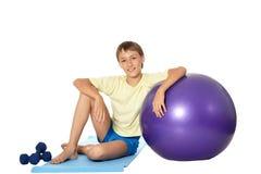 有适合球和哑铃的年轻男孩 免版税库存图片