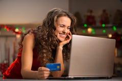 有选择在膝上型计算机的信用卡的妇女圣诞节礼物 图库摄影
