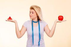 有选择怎样的测量的磁带的妇女吃 库存图片