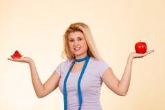 有选择怎样的测量的磁带的妇女吃 图库摄影