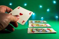 有选材台的纸牌游戏手 免版税图库摄影