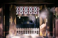 有透明帷幕的法坛在Hikawa jinja寺庙,大宫, Sa 库存图片