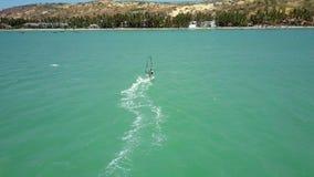 有透明风帆的风帆冲浪者乘海浪 影视素材