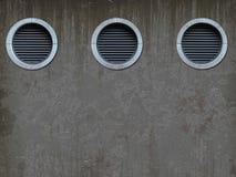 有透气格栅的老墙壁 免版税库存图片