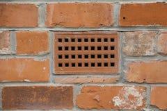 有透气砖的砖墙 免版税图库摄影