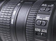 有透镜反射的摄象机镜头 SLR单镜头反光照相机的透镜 照相机数字式现代slr 背景空白详述的查出的照片的葡萄干 库存图片