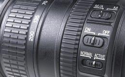 有透镜反射的摄象机镜头 SLR单镜头反光照相机的透镜 照相机数字式现代slr 背景空白详述的查出的照片的葡萄干 免版税库存照片