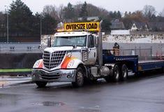 有逐步减低的平床trai的典雅的强有力的大半船具卡车 库存图片