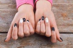 有逗人喜爱的修指甲的穿着考究的手 库存图片