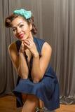 有逗人喜爱的发型的年轻华美的女性 免版税库存图片