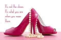 有逗人喜爱的启发和滑稽的引文的高跟鞋鞋子 库存图片
