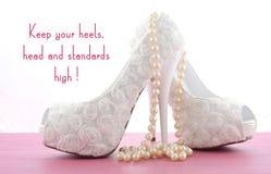 有逗人喜爱的启发和滑稽的引文的高跟鞋鞋子 库存照片