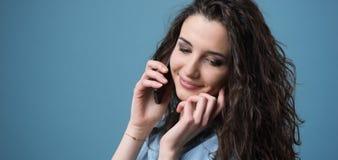 有逗人喜爱的女孩电话 库存照片