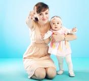 有逗人喜爱的孩子的美丽的母亲 库存图片