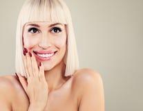 有逗人喜爱的微笑和白色牙的愉快的惊奇的妇女 美丽 库存图片