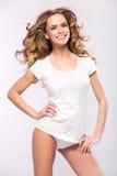 有逗人喜爱的微笑的美丽的白肤金发的妇女 免版税库存照片