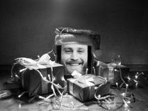 有逗人喜爱的有胡子的男性的数字式片剂在屏幕和圣诞老人盖帽上对此与圣诞节属性 免版税库存照片