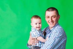 有逗人喜爱的矮小的儿子的微笑的爸爸 库存照片