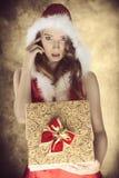 有逗人喜爱的礼物的肉欲的圣诞节女性 免版税库存照片
