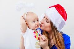 有逗人喜爱的婴孩的圣诞节妇女 库存图片