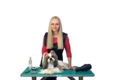 有逗人喜爱的shih慈济狗的妇女groomer 免版税库存图片