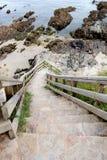 有通入的台阶对一个好的海滩 免版税库存照片