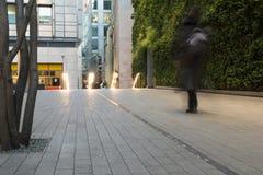 有通过在城市商业区的人的都市街道 免版税图库摄影