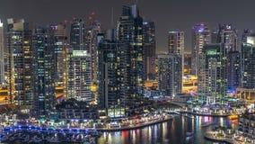 有通过的小船和散步夜timelapse,迪拜,阿拉伯联合酋长国豪华迪拜小游艇船坞运河 股票录像