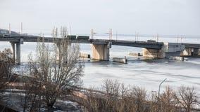 有通过的汽车一座桥梁对此 免版税库存图片