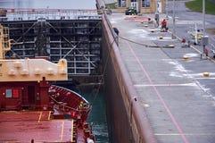 有通过锁的两台起重机的货船船在大湖,冬时的加拿大 库存照片