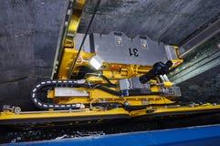 有通过锁的两台起重机的货船船在大湖,冬时的加拿大 库存图片