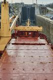 有通过锁的两台起重机的货船船在大湖,冬时的加拿大 免版税库存照片